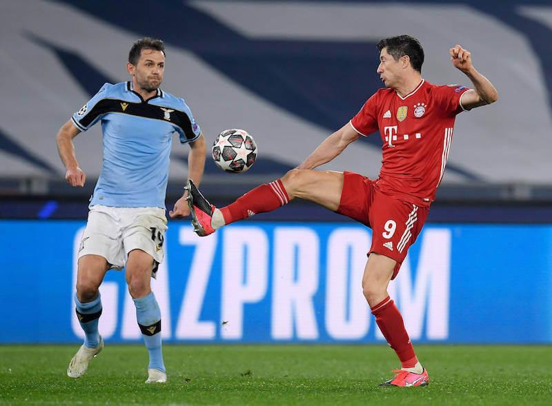 Lazio Kapitän Lulic im Zweikampf mit Bayerns Lewandowski