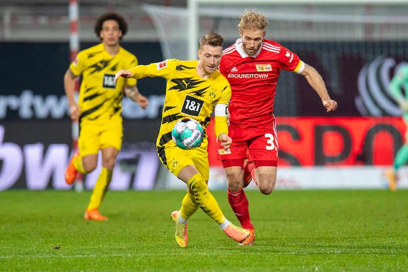 Dortmunds Kapitän Reus im Kampf um den Ball gegen Unions Griesbeck