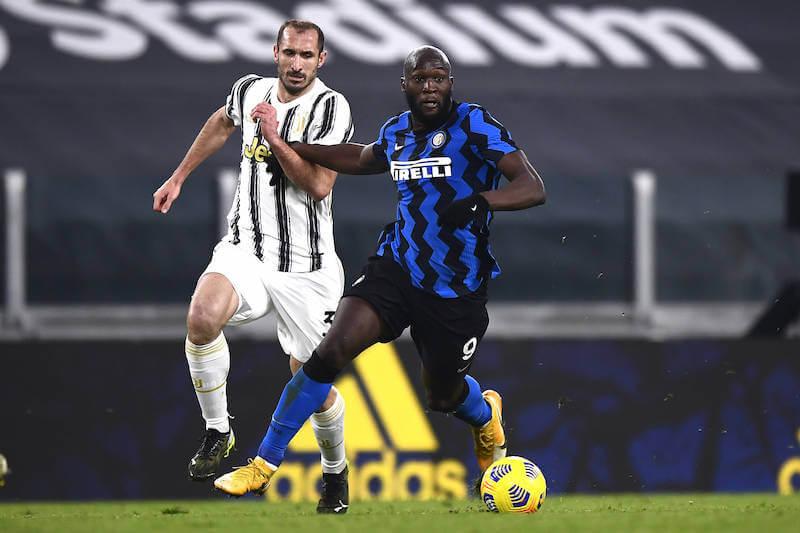 Juventus Abwehrchef Chiellini hat mit Inters Lukaku alle Hände voll zu tun